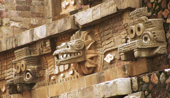 Darstellung der Gefiederten Schlange am Tempel des Quetzalcoatl in Teotihuacán