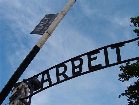 Arbeit macht frei - Losung über dem Eingangstor des KZ Auschwitz