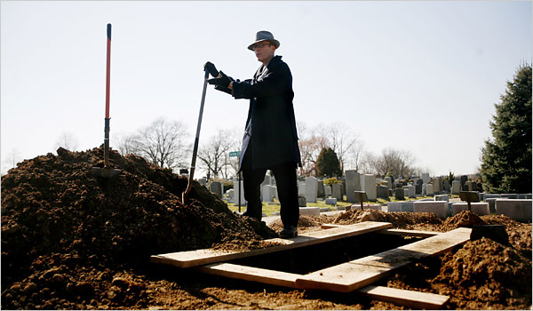 Rabbi Shmuel Plafker at a funeral service for Jeffrey Lynn Schneider at a plot owned by the Hebrew Free Burial Association on Staten Island.