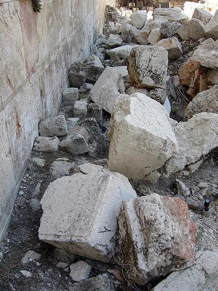 Von römischen Soldaten im Jahr 70 n. d. Z. aus der Westmauer des Tempelberges herausgerissene Steine