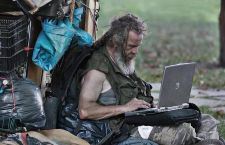 Obdachloser mit Laptop, Quelle: Gizmodo