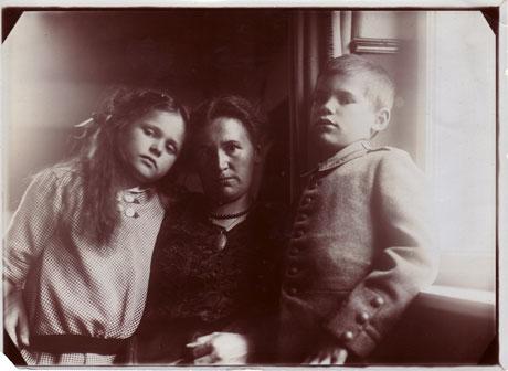 Charlottes Großmutter Anna Flume mit ihren Kindern Erika und Otto