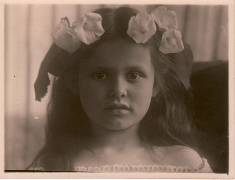 Erika Flume (spätere Müller), Charlottes Mutter als Mädchen, fotografiert auf Silberplatte von Charlottes Großmutter Anna Flume