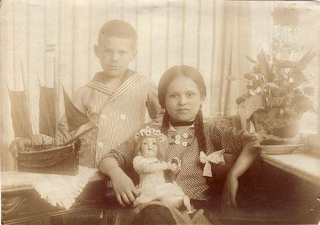 Erika Flume (spätere Müller), Charlottes Mutter, gemeinsam mit ihrem Bruder Otto, fotografiert auf Silberplatte von Charlottes Großmutter Anna Flume