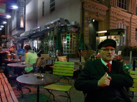 Vor der Bar »Hemingway's« im Zentrum von Helsinki