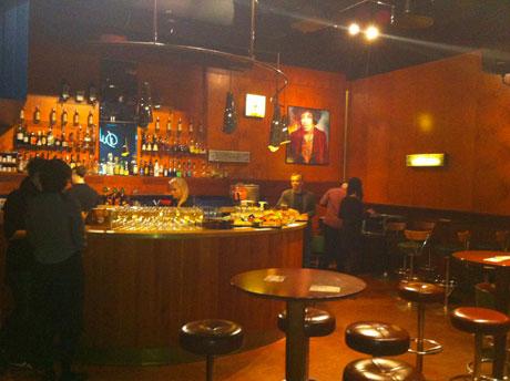 Lutz Seiler (Mitte rechts) an der Bar des »Dubrovnik«