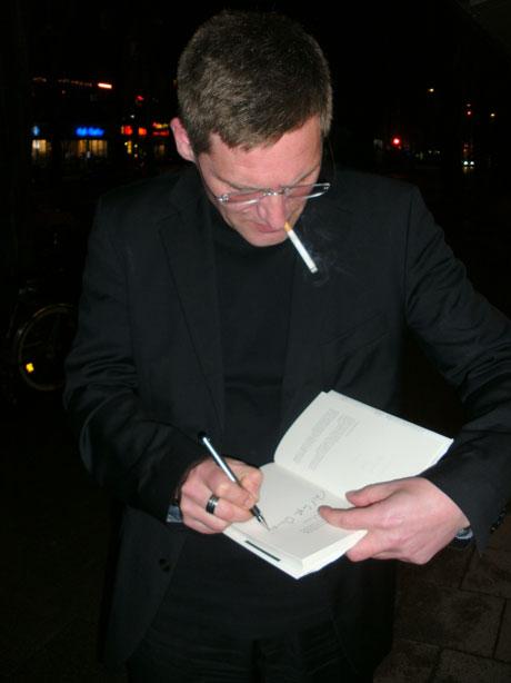 Nach der Lesung beim Signieren