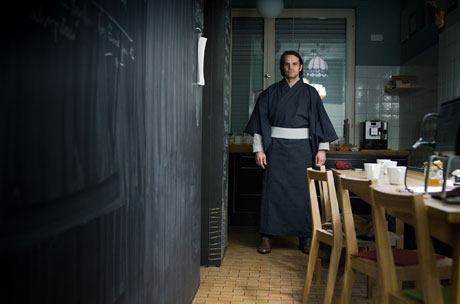 Hauptdarsteller Mirkus Hahn probiert Ed Rosens Kimono
