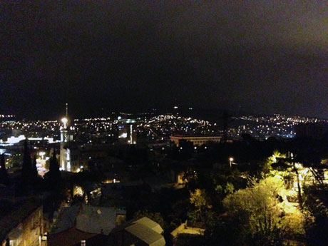Blick auf Tbilissi bei Nacht