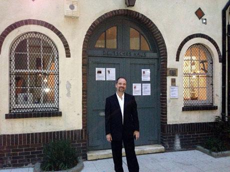 Brian Zumhagen vor dem Deutschen Haus in New York