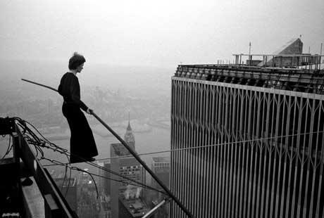 Philippe Petit auf dem Seil zwischen den New Yorker Twin Towers (1974)