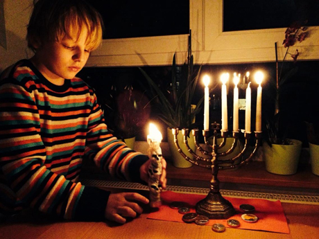 David beim Kerzenzünden