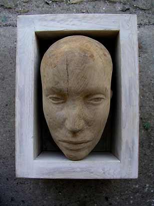 Karin Christiansen: »Kopf in Kiste« (Skulptur, Holz, 50x40 cm)